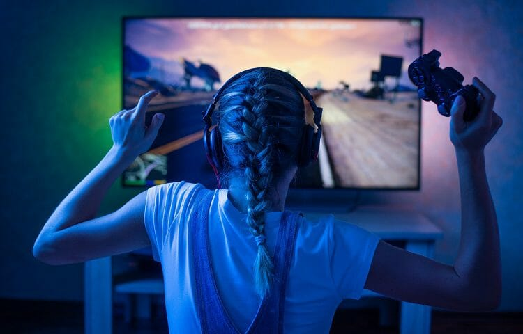streamer girl in front of a monitor